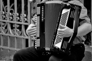 Un monsieur jouant de l'accordéon